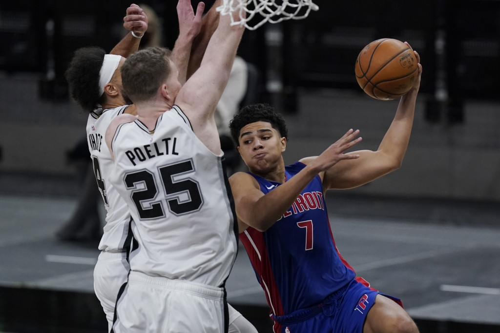 Detroit Pistons guard Killian Hayes (7) drives to the basket against San Antonio Spurs center Jakob Poeltl (25) and guard Derrick White (4) during the...