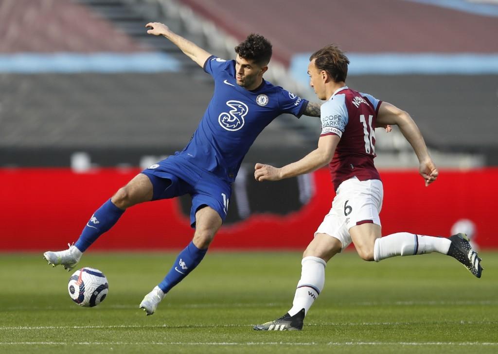 Chelsea's Christian Pulisic, left, and West Ham's Mark Noble challenge for the ball during the English Premier League soccer match between West Ham Un...
