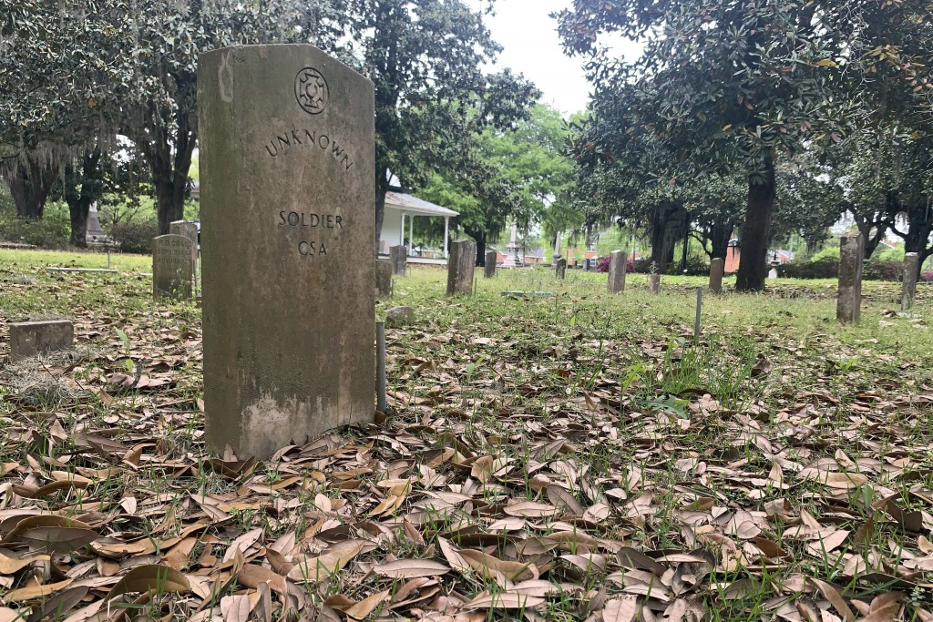 A gravestone marks the grave of a unknown soldier at the Confederate Memorial Circle, a private section of Live Oak Cemetery in Selma, Ala.., Tuesday,...