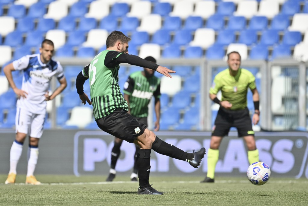 Sassuolo's Domenico Berardi scores his side's first goal on a penalty kick during the Italian Serie A soccer match between Sassuolo and Atalanta at th...