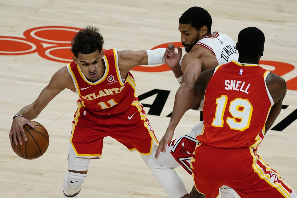 Chicago Bulls forward Garrett Temple (17) tries to get around a screen set by Atlanta Hawks forward Tony Snell (19) as he covers Hawks' Trae Young (11...