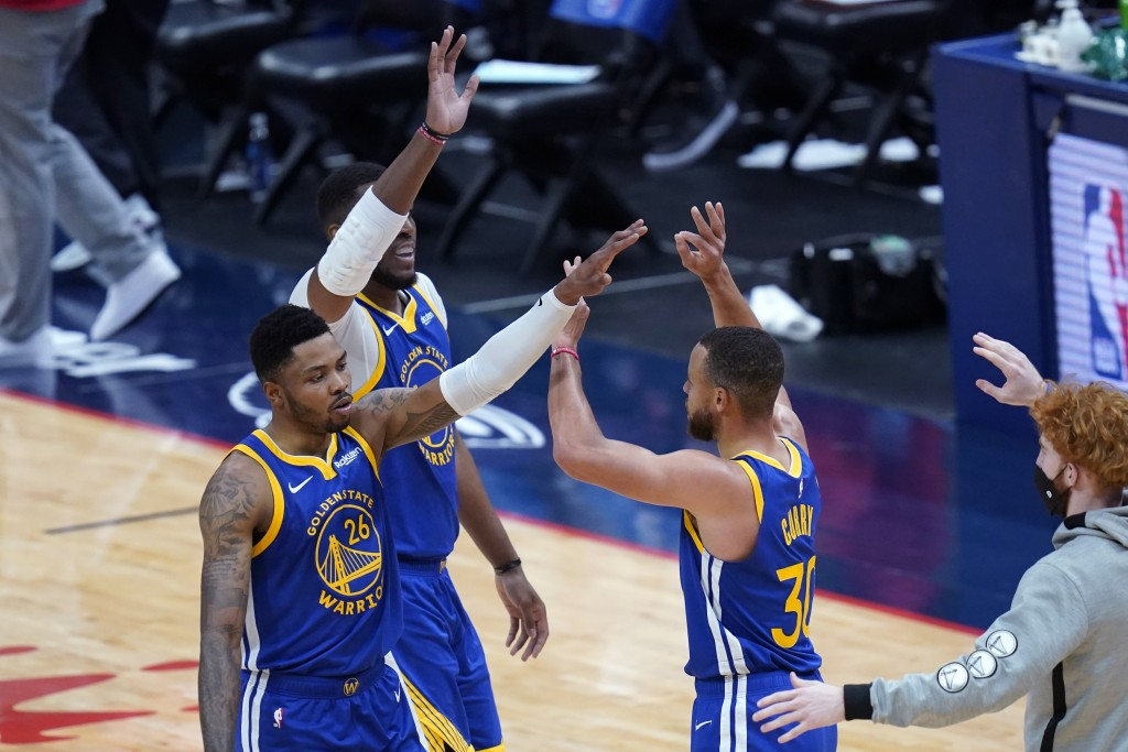 Golden State Warriors guard Stephen Curry (30) celebrates with forward Kent Bazemore (26) and center Kevon Looney during a run in the first half of an...