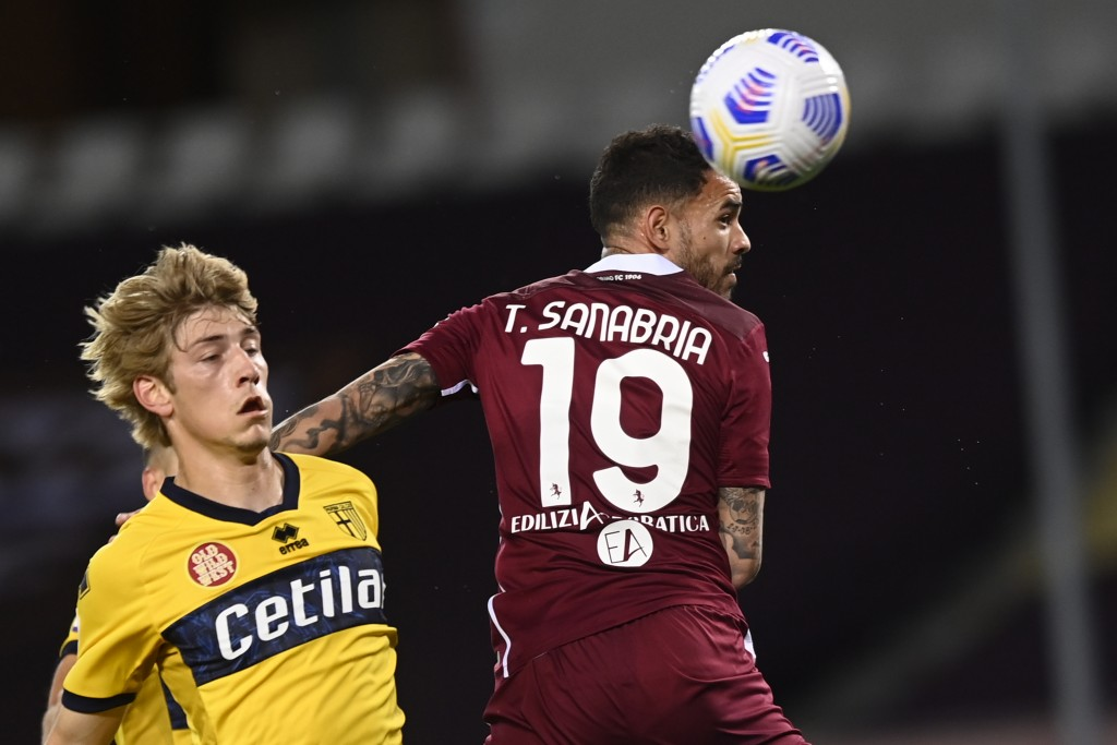 Torino's Antonio Sanabria, right, in action during the Italian Serie A soccer match between Torino and Parma at the Olimpico Grande Torino stadium in ...