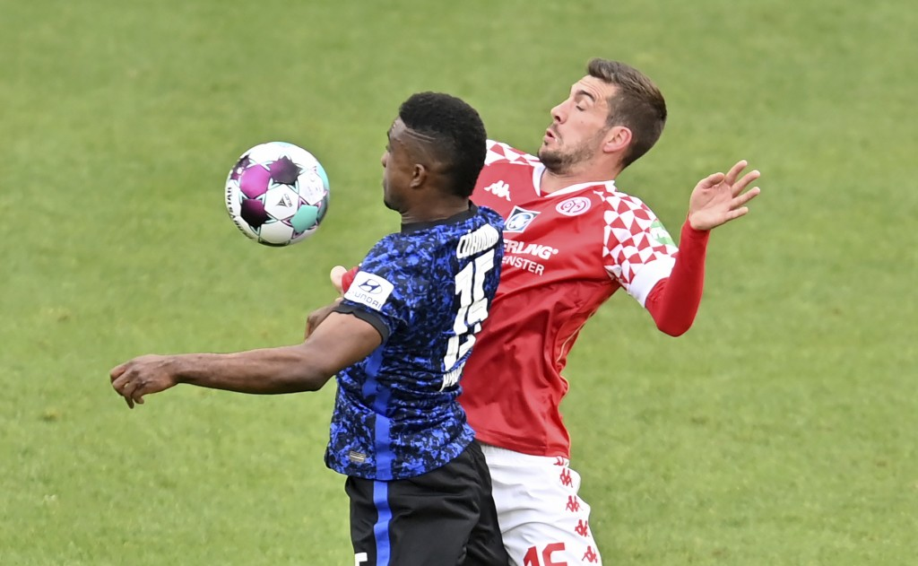 Hertha's Jhon Cordoba, left, in action against Mainz's Stefan Bell during the German Bundesliga soccer match between FSV Mainz 05 and Hertha BSC in Ma...