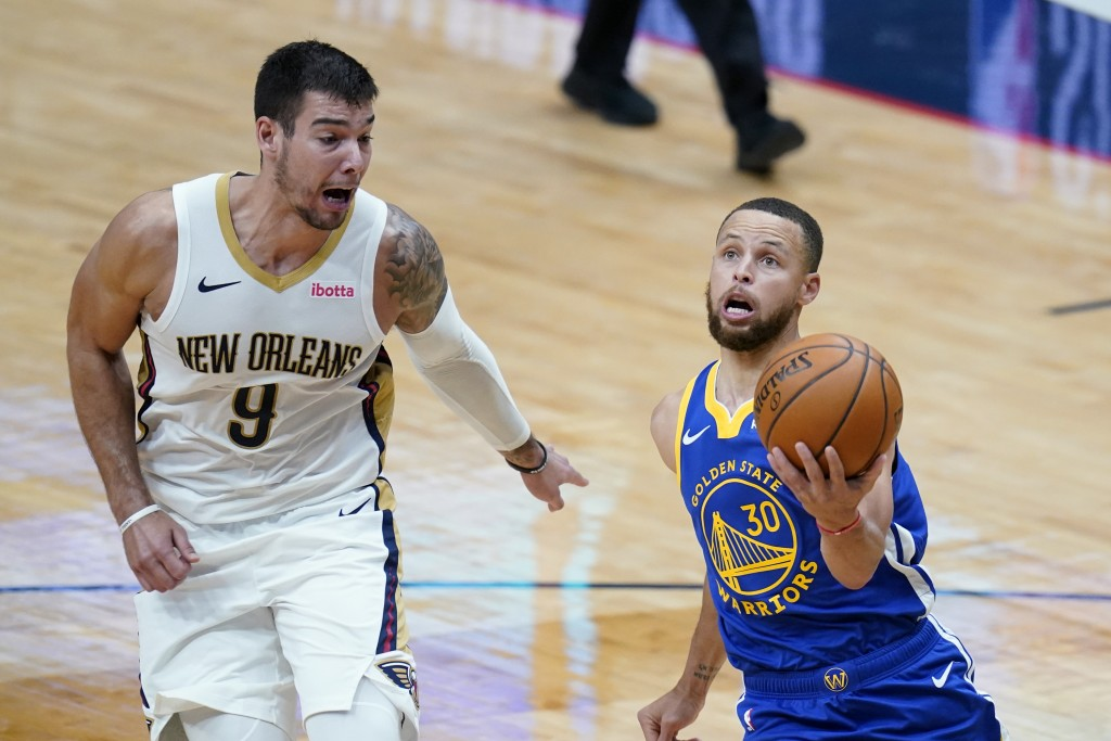 Golden State Warriors guard Stephen Curry (30) goes to the basket against New Orleans Pelicans center Willy Hernangomez (9) in the first half of an NB...