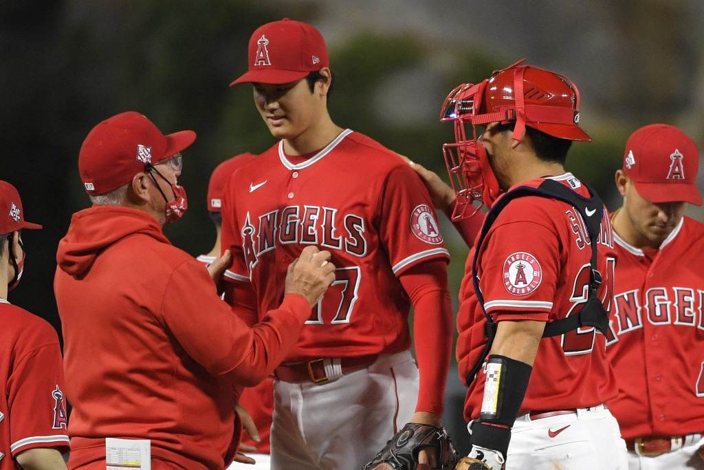 Los Angeles Angels starting pitcher Shohei Ohtani, center, is taken out of the game by manager Joe Maddon, left, as catcher Kurt Suzuki pats him on th...