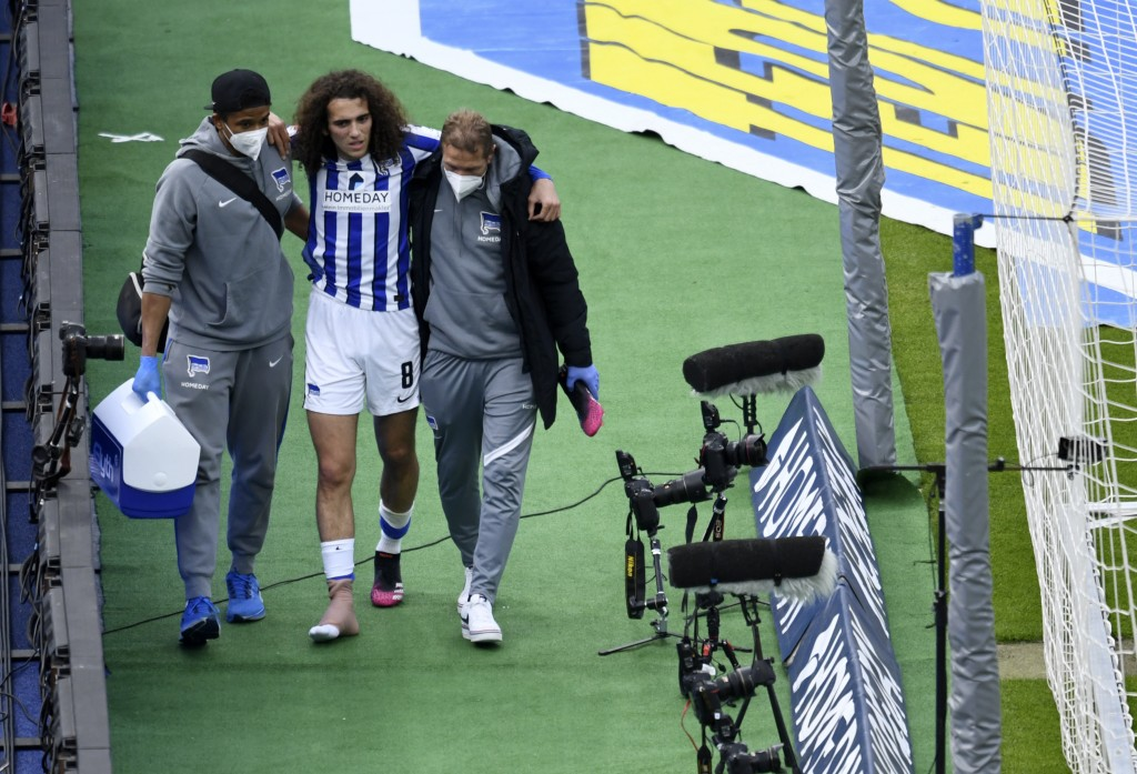 Berlin's Matteo Guendouzi, center, leaves the field with medics during the German Bundesliga soccer match between Hertha BSC Berlin and SC Freiburg in...