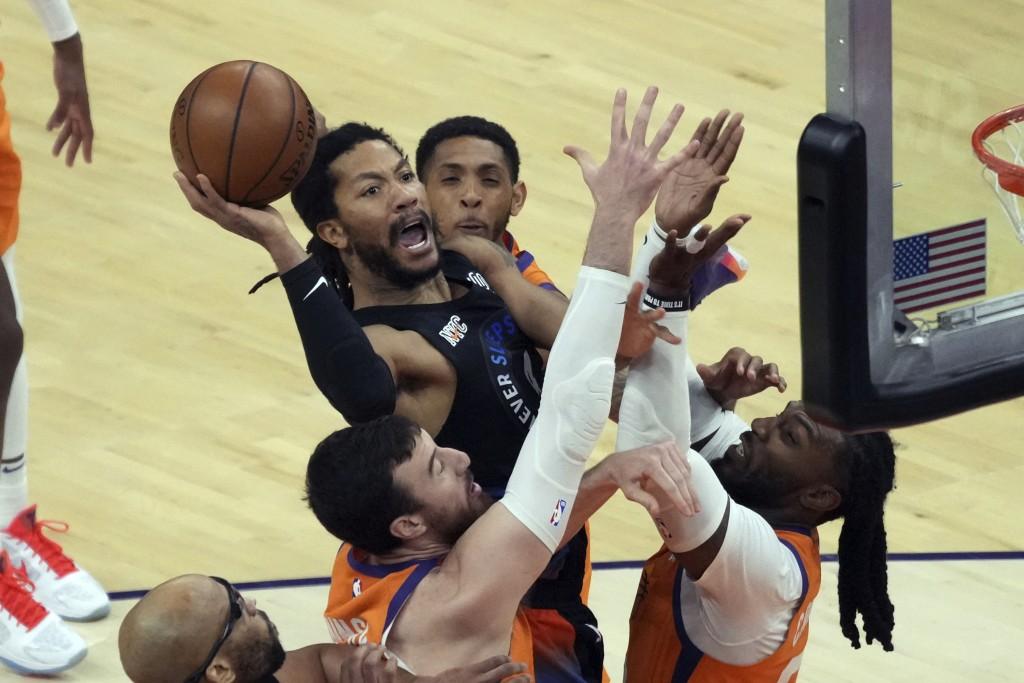 New York Knicks guard Derrick Rose shoots between Phoenix Suns forward Mikal Bridges, top, forward Frank Kaminsky, bottom left, and forward Jae Crowde...