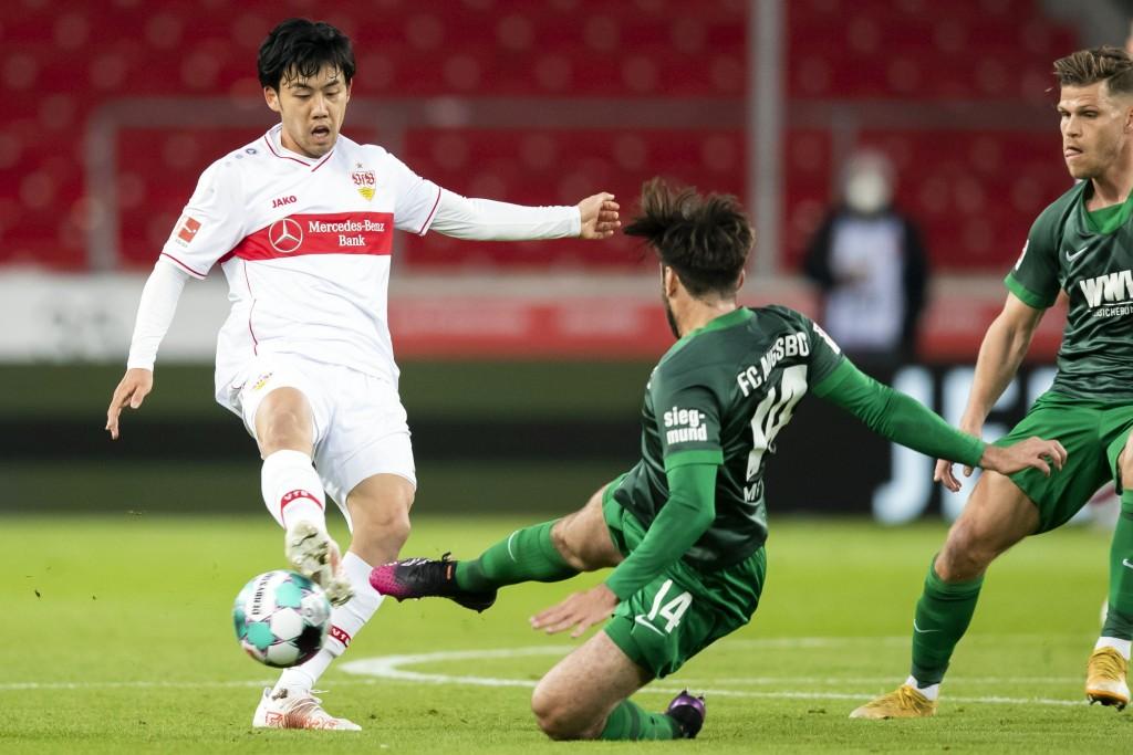 Stuttgart's Wataru Endo, left, and Augsburg's Jan Moravek in action during the Bundesliga soccer match between VfB Stuttgart and FC Augsburg at the Me...