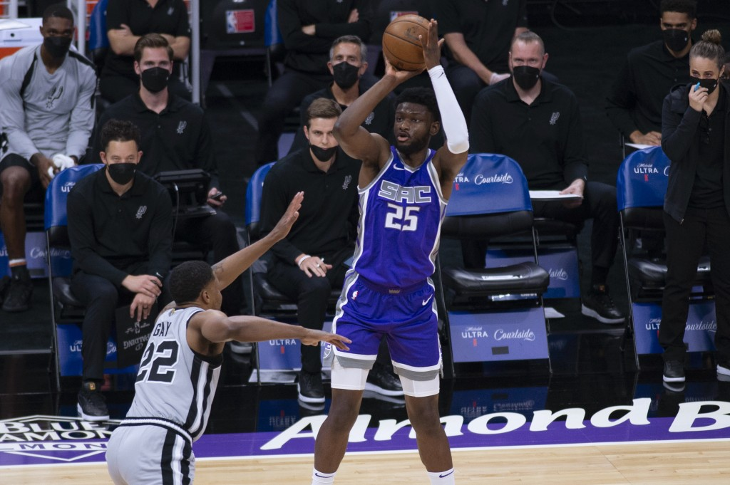 Sacramento Kings forward Chimezie Metu (25) shoots over San Antonio Spurs forward Rudy Gay (22) during the first quarter of an NBA basketball game in ...