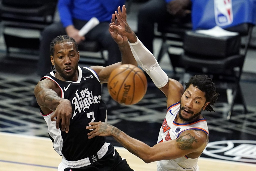 Los Angeles Clippers forward Kawhi Leonard (2) passes the ball as New York Knicks guard Derrick Rose defends during the first half of an NBA basketbal...