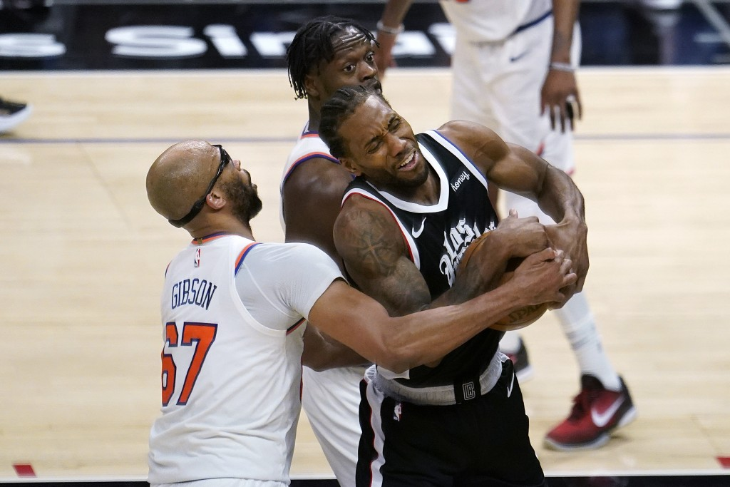Los Angeles Clippers forward Kawhi Leonard, right, is tied up by New York Knicks forward Taj Gibson (67) during the second half of an NBA basketball g...