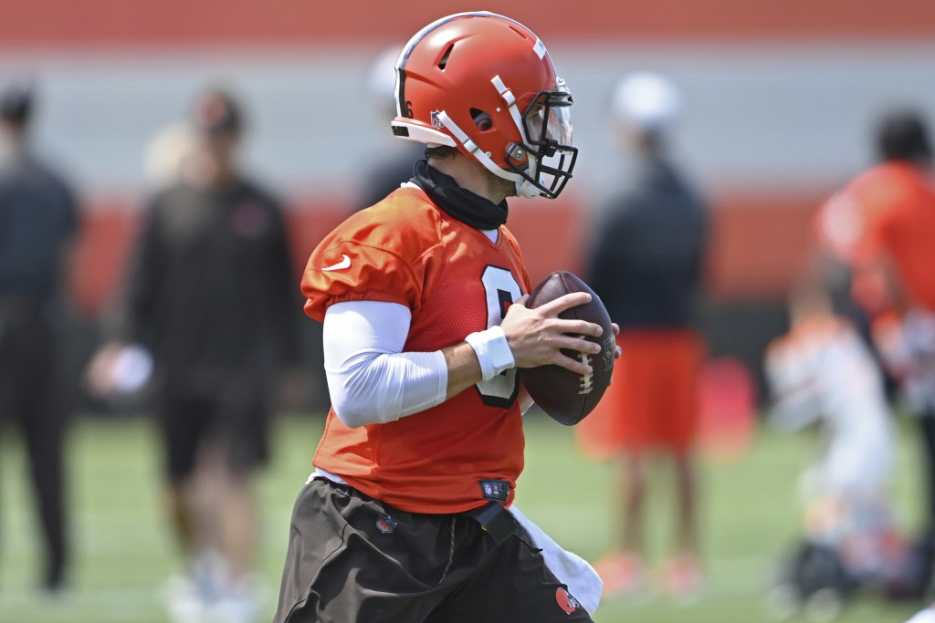 Cleveland browns quarterback Baker Mayfield (6) drops back to pass during an NFL football practice at the team training facility, Tuesday, June 15, 20...