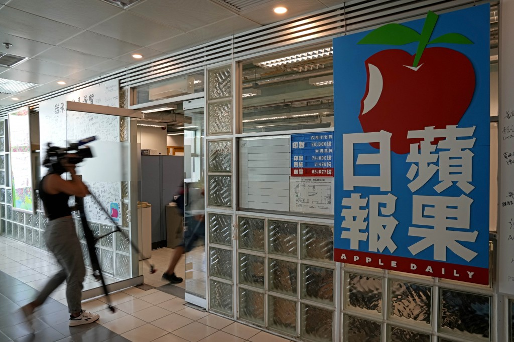 外媒記者在港警6月17上午粗暴入侵香港蘋果日報逮捕多位董事後,隨後也進入蘋果日報新聞部,拍攝這個混亂又令人痛心的場景,記錄香港媒體業黑暗的...