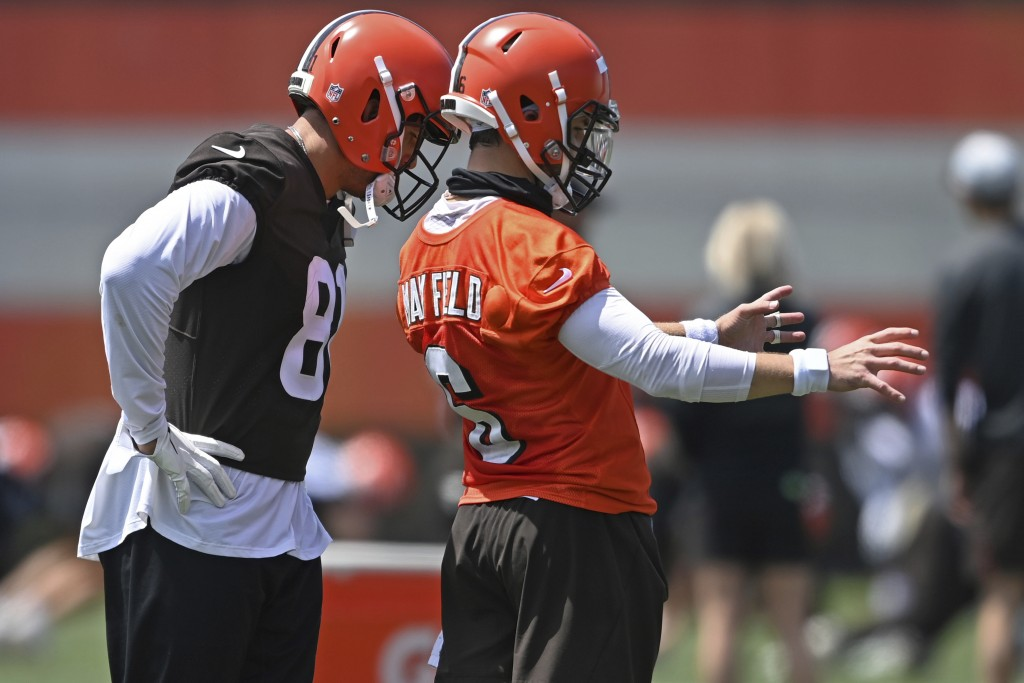 Cleveland Browns quarterback Baker Mayfield, right, talks with tight end Austin Hooper during an NFL football practice at the team training facility, ...