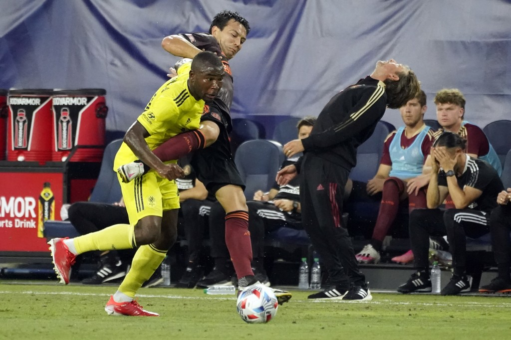 Atlanta United coach Gabriel Heinze, right, reacts to a play as Nashville SC defender Nick Hinds, left, and Atlanta defender George Bello (21) vie for...