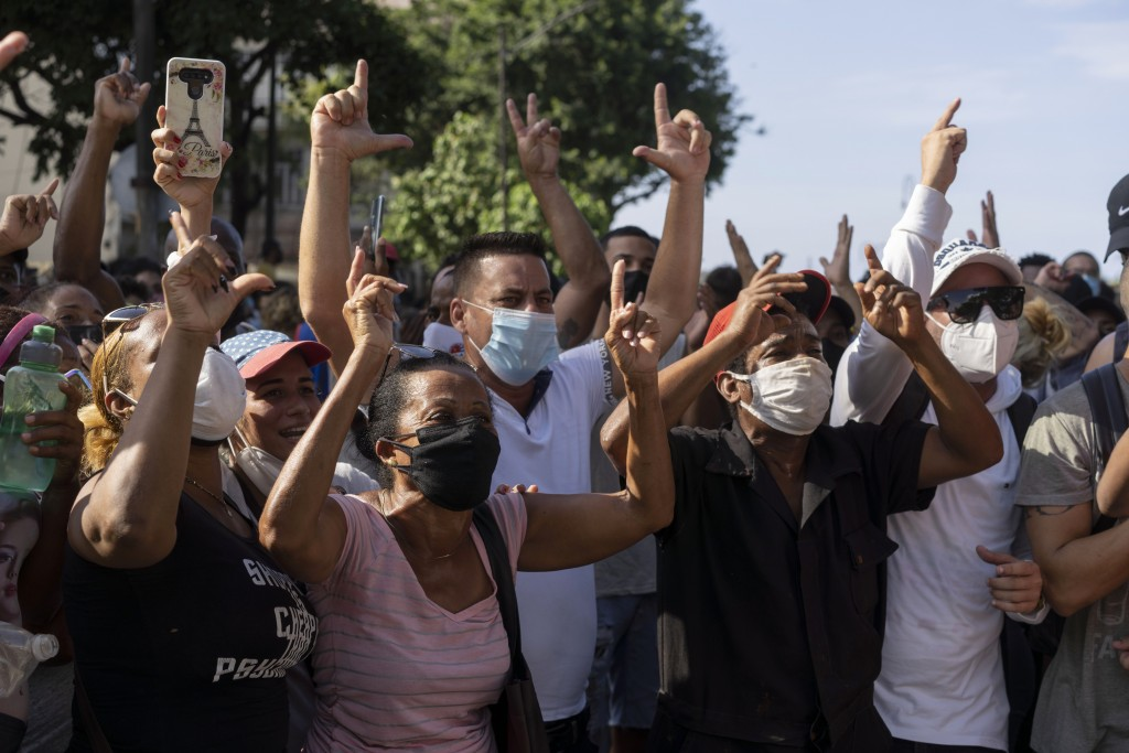 圖為古巴數百名反政府示威群眾在哈瓦那街頭上抗議糧食短缺及民生物資飆漲。(美聯社圖片)