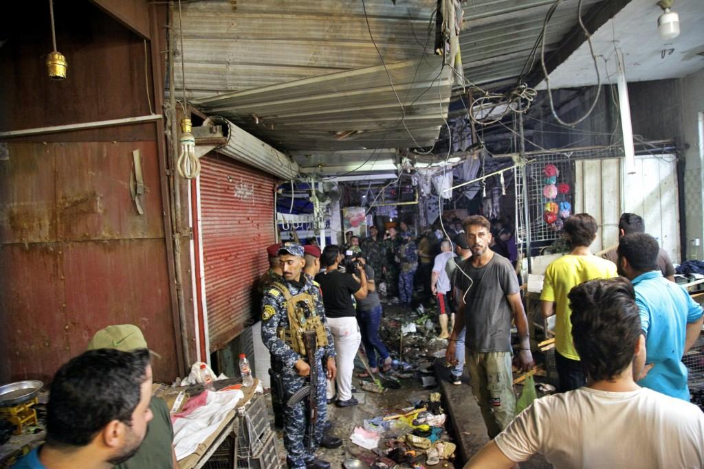 伊拉克首都巴格達一處市集19日驚傳IS自殺炸彈攻擊事件,現場屍塊散落,相當駭人。(圖/美聯社)
