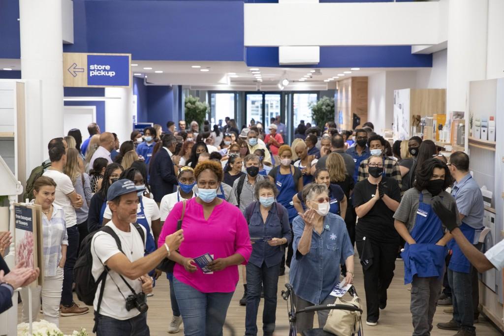 一家位在紐約的商店歡迎接種過疫苗的顧客入場(美聯社圖片)