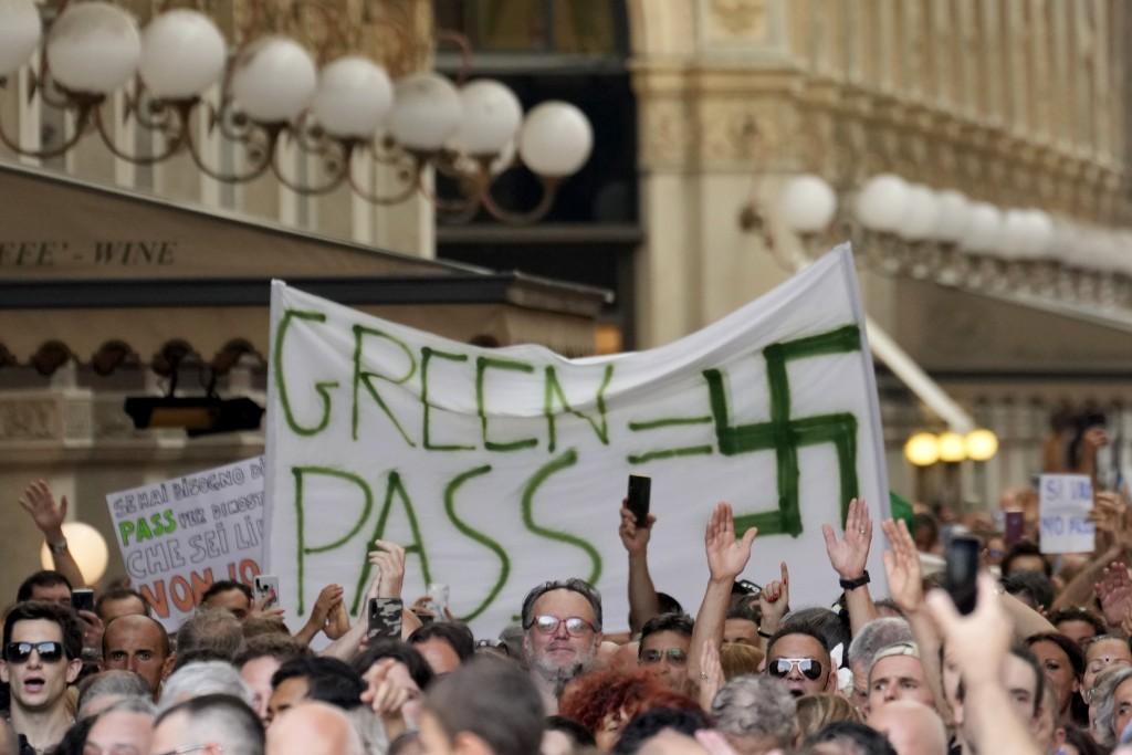 義大利民眾7日上街頭抗議,將政府強推綠色通行證限的舉措類比為納粹對猶太人的壓迫。(圖/美聯社)