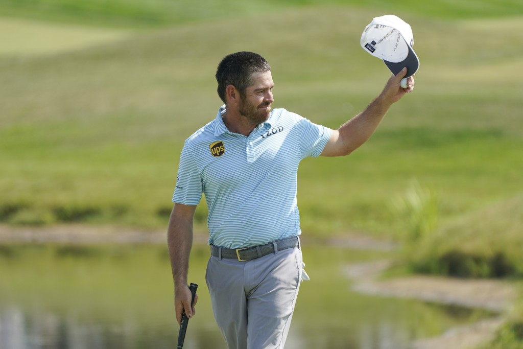 Louis Oosthuizen acknowledges the crowd on the 18th hole after finishing the final round of the 3M Open golf tournament in Blaine, Minn., Sunday, July...