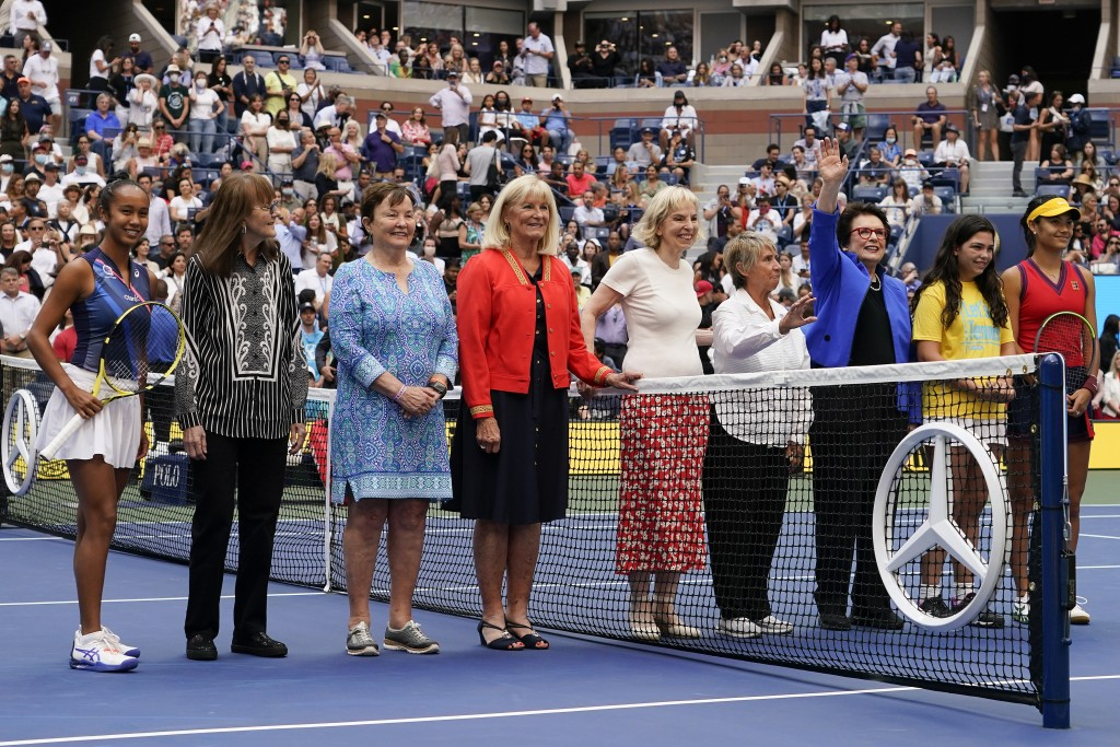 Members of the Original 9 pose for a photo with Leylah Fernandez, of Canada, far left, and Emma Raducanu, of Britain, far right before the start of th...