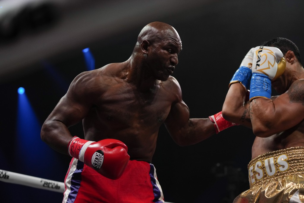 Former MMA star Vitor Belfort, right, defends against former heavyweight champion Evander Holyfield during a boxing match, Saturday, Sept. 11, 2021, i...