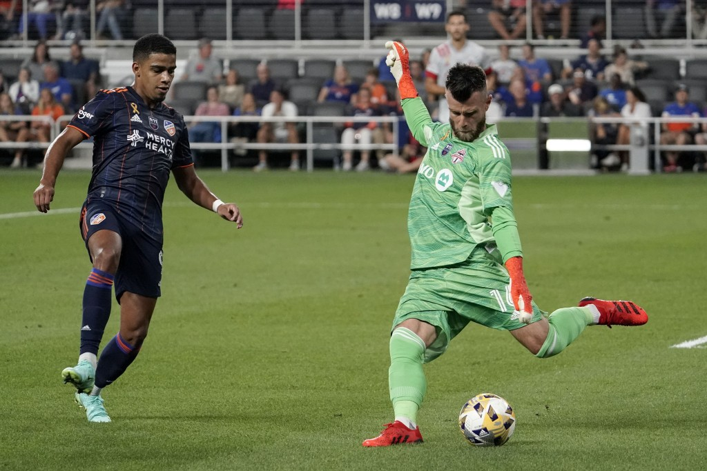 Toronto FC goalkeeper Quentin Westberg, right, is pressured by FC Cincinnati forward Brenner during the first half of an MLS soccer match Saturday, Se...