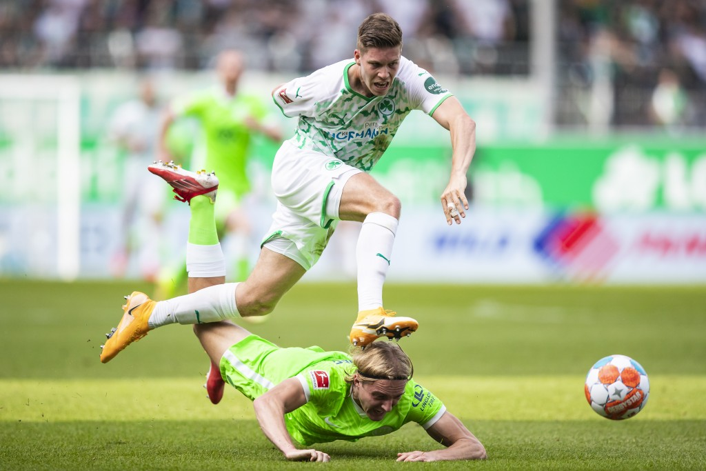 Fuerth's Cedric Itten, left, in action against Wolfsburg's Sebastiaan Bornauw during a German Bundesliga soccer match between Greuther Fuerth and VfL ...