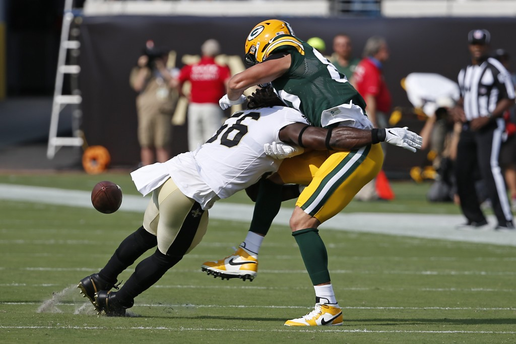 New Orleans Saints outside linebacker Demario Davis, left, breaks up a pass intended for Green Bay Packers tight end Robert Tonyan during the first ha...