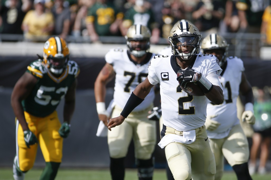 New Orleans Saints quarterback Jameis Winston (2) scrambles for yardage as Green Bay Packers linebacker Jonathan Garvin (53) gives chase during the fi...