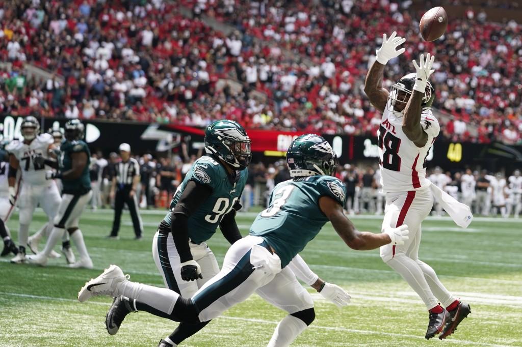 Atlanta Falcons running back Mike Davis (28) misses the catch against Philadelphia Eagles Steven Nelson (3) during the first half of an NFL football g...
