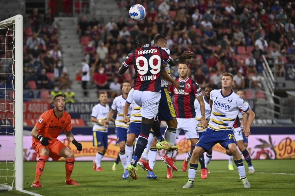 Bologna's Musa Barrow, front center, and Verona's Davide Faraoni battle for the ball during the Italian Serie A soccer match between Bologna and Veron...