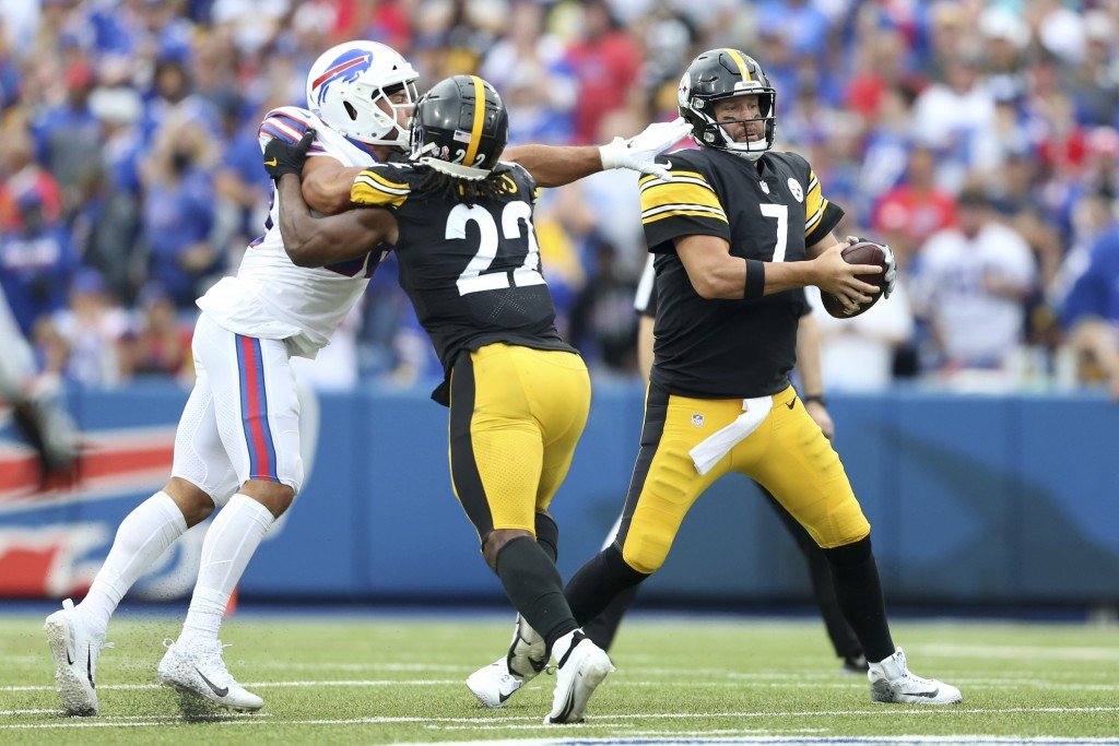 Pittsburgh Steelers quarterback Ben Roethlisberger (7) moves out of the reach of Buffalo Bills outside linebacker Matt Milano, left, with blocking by ...