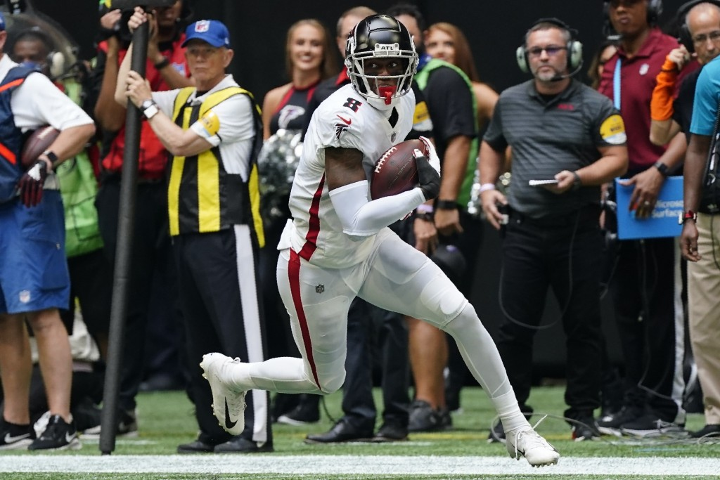 Atlanta Falcons tight end Kyle Pitts (8) runs against the Philadelphia Eagles during the second half of an NFL football game, Sunday, Sept. 12, 2021, ...