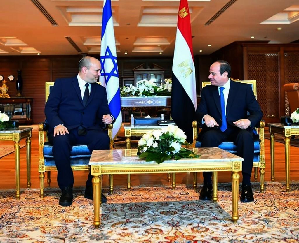 In this photo provided by Egypt's presidency media office, Egyptian President Abdel-Fattah el-Sissi, right, meets with Israeli Prime Minister Naftali ...