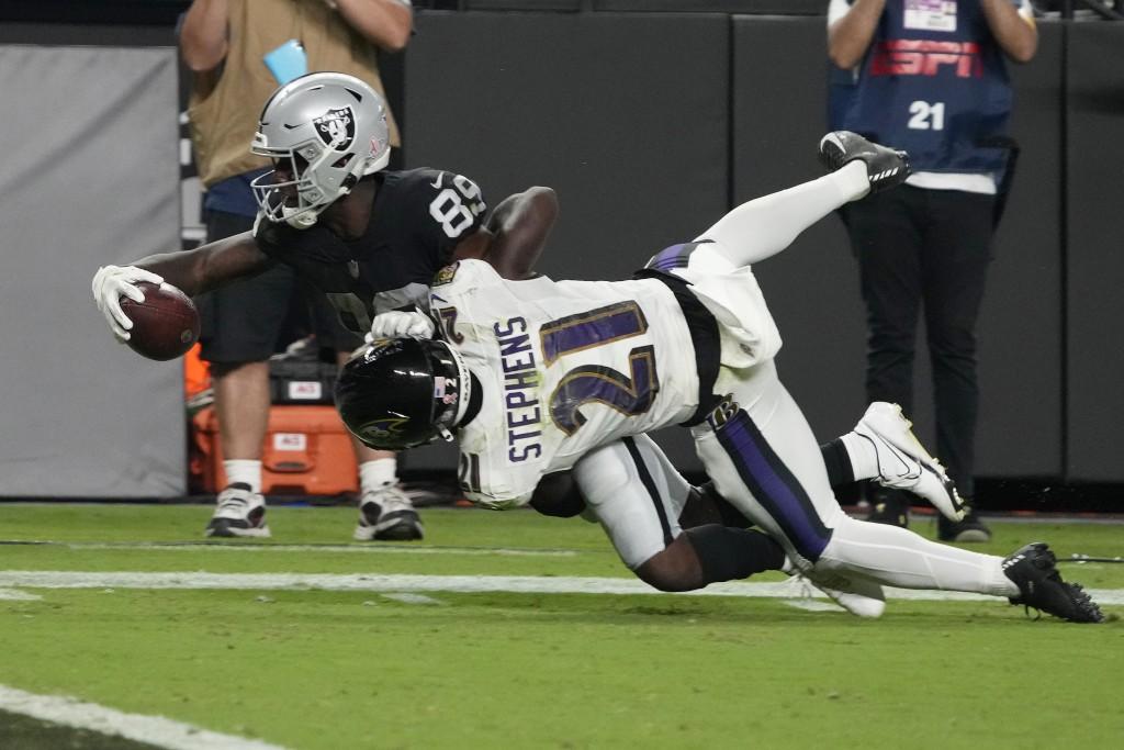 Las Vegas Raiders wide receiver Bryan Edwards (89) dives for yardage against Baltimore Ravens cornerback Brandon Stephens (21) during overtime in an N...