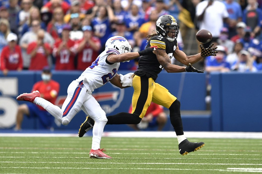 Pittsburgh Steelers wide receiver Chase Claypool (11) makes a catch with Buffalo Bills cornerback Taron Johnson defending during the second half of an...
