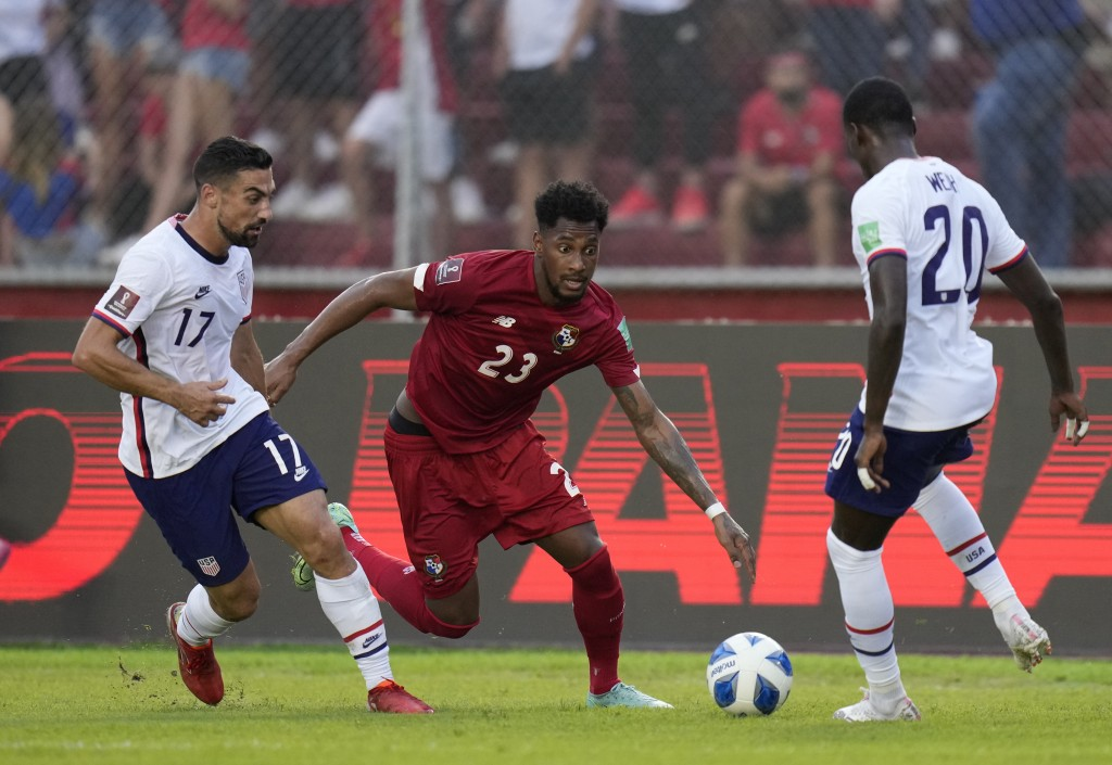 Panama's Michael Murillo, center, United States´ Sebastian Lletget, left, and United State's Tim Weah battle for the ball during a qualifying soccer m...