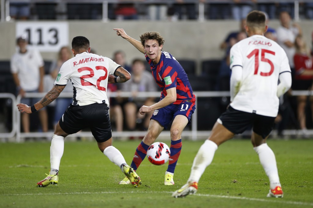 United States' Brenden Aaronson, center, passes the ball between Costa Rica's Ronald Matarrita, left, and Francisco Calvo during the first half of a W...