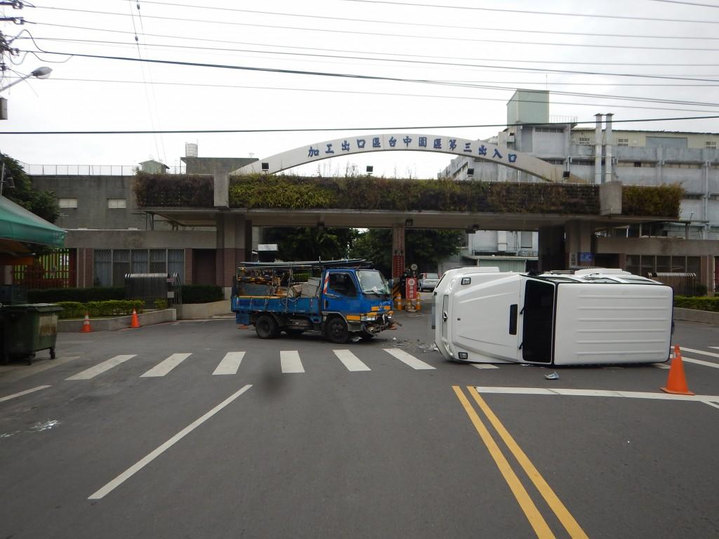 台中1月8日發生賓士吉普車與小貨車碰撞車禍