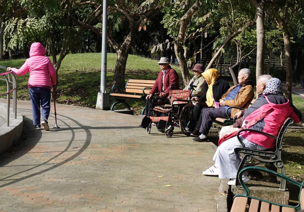 長照機構老人群聚,致死率偏高。(中央社檔案圖片)
