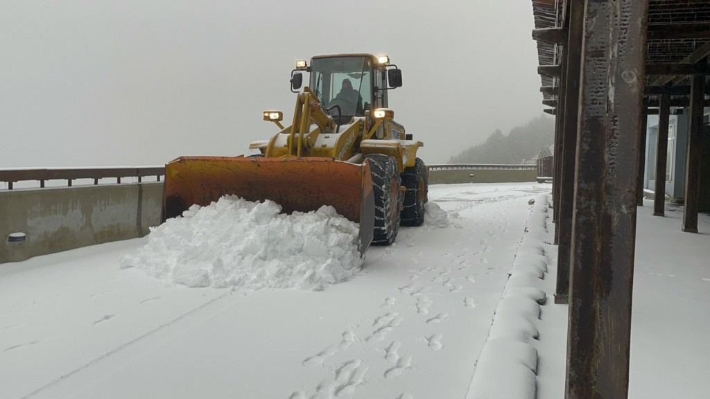 Snowplow clearing road on Hehuanshan on Jan. 11.