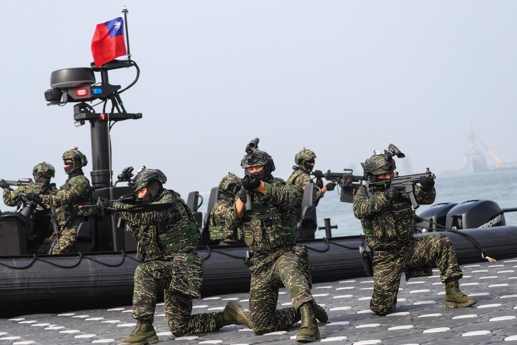 國軍海軍陸戰隊M109突擊艇模擬岸邊警戒狀態,隊員持槍保持警戒。 (中央社 檔案照片)