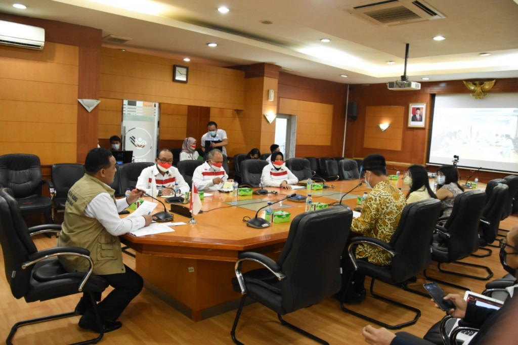 Representatives from Taiwan and Indonesia talk over worker freeze.