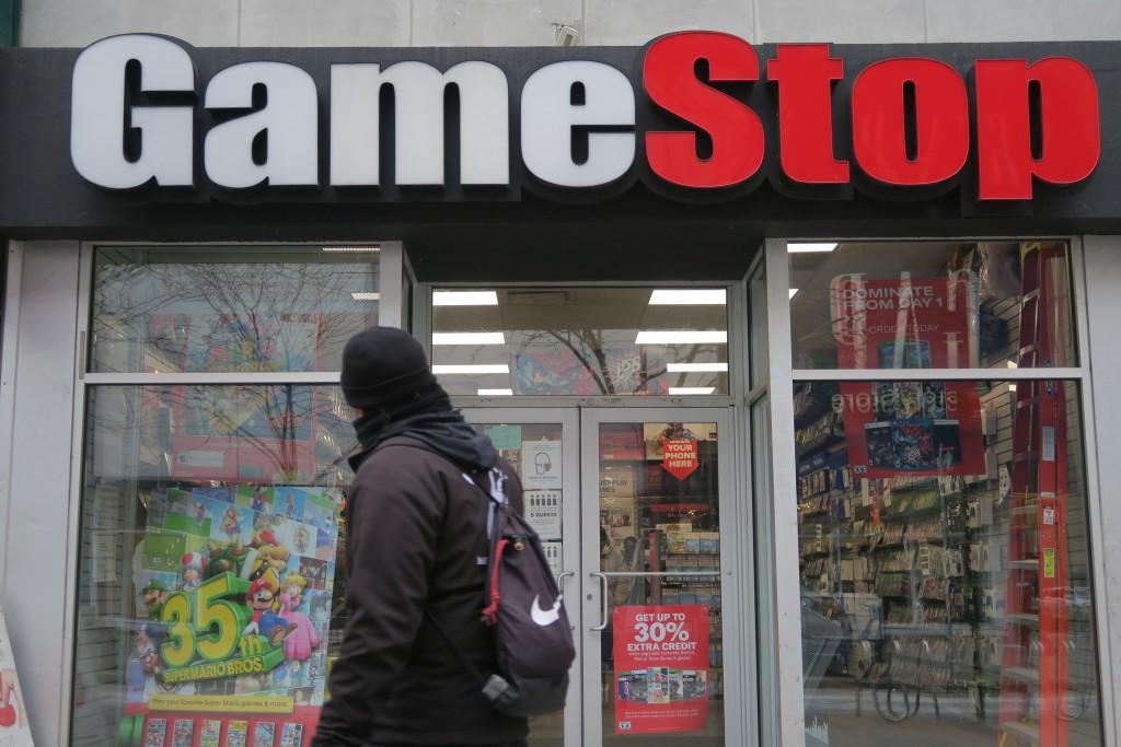 電玩零售商GameStop吸引的散戶投資熱潮降溫,美東時 間1日股價跌逾30%。圖為1月31日紐約民眾行經布魯克 林GameStop門...