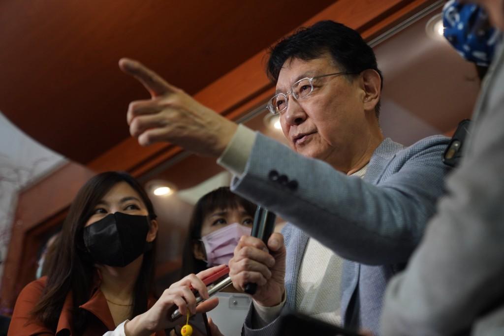 中廣董事長趙少康(右)8日宣布,將爭取代表國民黨 參選2024年總統大選。