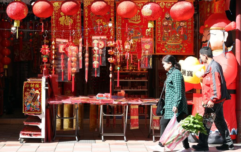 農曆春節即將到來,路邊商家近日循例擺出各式春聯, 大紅色調增添過年喜慶氛圍。 中央社記者鄭傑文攝 110年2月8日