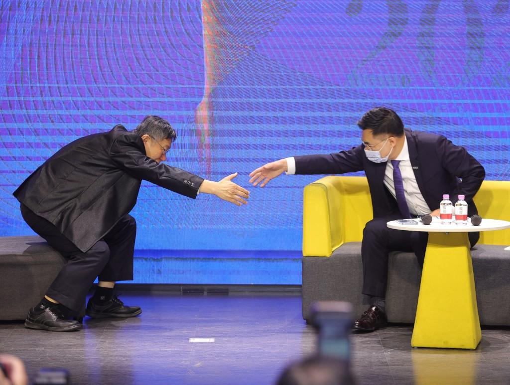 國民黨24日舉辦「願景台灣2030」第二場論壇,以「活 不起的未來」為主題,聚焦居住正義、分配正義、低薪 等社會議題,國民黨主席江啟臣(右...