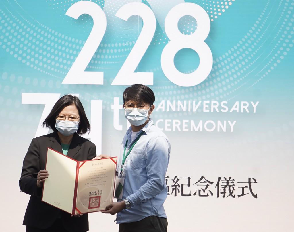 二二八事件屆滿74週年,總統蔡英文(左)28日頒發「回復名譽證書」給二二八事件受難者的家屬